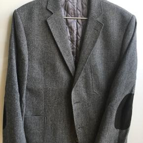 Nypris omkring 2500, men købt på udsalg til det halve.  Er for stor, så har aldrig fået den brugt.  Er med for indeni jakken og med læderpatches på albuerne.