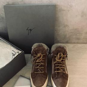 De lækreste støvler fra Giuseppe Zanotti Størrelse 36  Foer i 🍒 Rigtig god stand  Kvittering, dustbags og æske medfølger Nypris 4800 kr