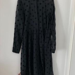 Kjole fra Envii Str. 34 Brugt og vasket få gange. Den er også blevet lagt op så den passer til min højde (159 cm). Flere billeder kan tilsendes.