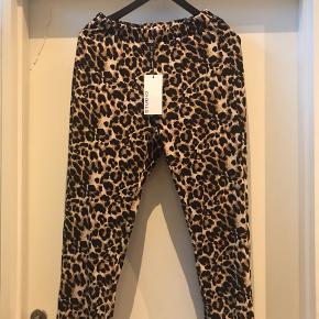 Bløde Leo printet Jersey bukser .  Ny pris 500   Der står str XXS i bukser men de passer en str 38/40 pige