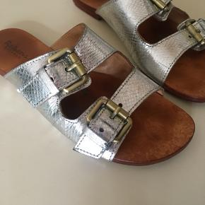 Smukke sandaler fra rabens saloner jeg har købt på Trendsales for noget tid siden  Har ikke brugt dem mere end 3x selv  Standen er god men brugt - se billeder