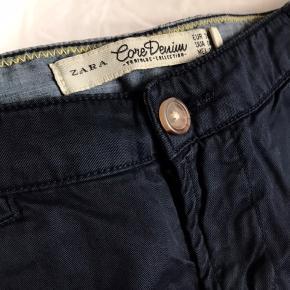 Korte chino style shorts fra Zara i dyb mørkeblå/navy. Bløde i stoffet (100% bomuld). Der er 2 baglommer, 2 forsommer, samt en lille 'møntlomme' foran.  De er aldrig brugt og fejler intet. Farven er svær at fange på kamera, men de er altså dyb mørkeblå, ikke sorte, og rynkerne er blot fra at de har ligget foldet.     Kan give mængderabat ved køb af mere end én ting