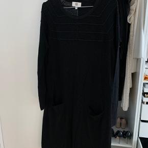 """Noa Noa strik kjole med lommer og glimmer detaljer. """"Løstsiddende"""".   Kom med et bud ⏳ Kan sendes mod betaling af fragt 📦📭"""