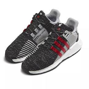 Vanvittigt fede Adidas EQT overkill, i super stand. De er ikke brugt meget, da de er en kende for små.  Det er verden mest behagelige sneaks.  Pris 1000
