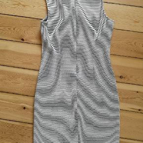 Lækker, tætsiddende lårkort kjole i hvid med sorte striber (eller er det sort med hvide striber?) 🦓   Kjolen er købt i New York og er blevet brugt en del gange, men har hverken pletter eller særlig slitage. Der er lynlås hele vejen op bagpå.   Sælges da jeg ikke kan passe den længere...