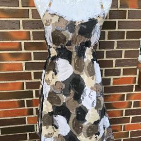 Super udsalg.... Jeg har ryddet ud i klædeskabet og fundet en masse flotte ting som sælges billigt, finder du flere ting, giver jeg gerne et godt tilbud..............   Flot Sommer kjole str L Nypris 399kr.   Brystvidden er 2 x 38 cm Sendes med DAO