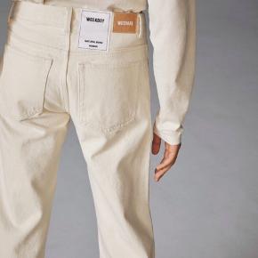 Speciel edition weekday jeans. Er den samme slags model som modellen row. De er i en slags beige/hvid farve Ny pris 500kr