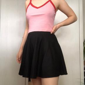 Sort nederdel fra Sparkz. Jeg er 168, og den går mig til midt på lårene