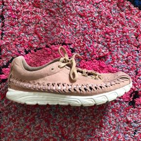 Nike Mayfly Woven. Farven er den fineste rosa. De er en str. 38,5 og måler 24,5 cm. De er brugt meget sparsomt, men da farven, er sart, er der desværre en smule tegn på brug.  Byd gerne.