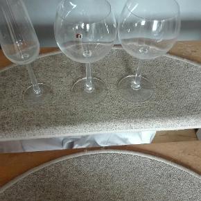 Jeg har disse superflotte vinglas og et champagneglas som jeg gerne vil sælge prisen kan forhandles varen kan sendes køber betaler fragt