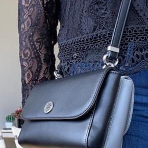 Virkelig fin taske fra Tommy Hilfiger  Den har to opdelte lommer og i en af lommerne er der en ekstra lille lomme med lynlås. Sælges da den desværre ikke blev brugt så meget, som jeg håbede.   ~ man kan justere længden efter ønske