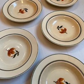 """Fine gamle dybe tallerkner fra serien """"Jette"""" fra Aluminia.  Tallerknerne er medtaget i glasuren, og en af tallerknerne har et skår i kanten.   Flere billeder haves.  Sælges samlet for 100 kr."""