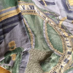 ☁️VINTAGE☁️ Super smuk og elegant vintage silkeskjorte, med fint mønster og dejlig blødt materiale. Desværre er stoffet meget sart, den er blevet repareret en gang, men har desværre fået en lille rift. Kan sagtens repareres i hånden eller symaskine.