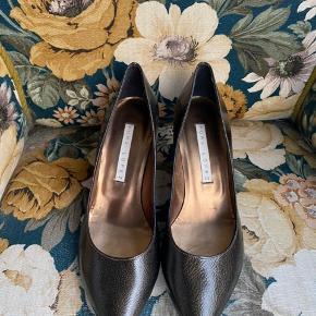 Superfine sko i en glaseret læder i mørkegrøn/brunlig farve. Superfin, hvis man ikke skal bruge en sort, men mørk sko. Størrelsen er 38 og højden er 6 cm, der gør den til en god hverdagssko. Læder hele vejen igennem. Ny pris 1.600 kr.  kun prøvet på.