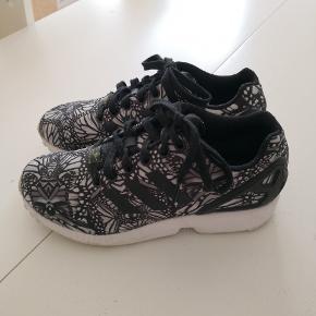Adidas sneakers i str. 37 1/3. Købt herinde og de skulle eftersigende være ubrugte af tidligere ejer. Jeg har haft dem på 1 enkelt gang. Nypris omkring 750 kr. i butik.   - Sender gerne/køber betaler porto  - Kun fra dyrefrit hjem  - Returnerer ikke