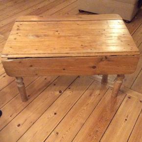 Gammelt bord med patina og brugstegn. Skal afhentes i Valby