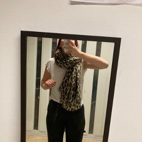 Stort Leopard tørklæde der varmer dejligt!    Afhentes på Nørrebro eller sendes med Dao!   Hvis der er andet på min profil du kan lide kan vi helt sikkert finde en god pris  ☺️