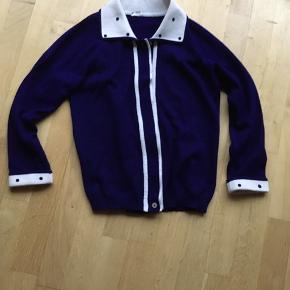 Velholdt Blå Cardigan med prikker i Acryl. Flot blå farve og ingen lugt eller huller. En stor Str S
