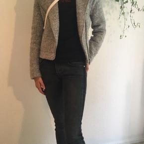 Elegant kort jakke fra H&M str. XS sælges. Jeg sender gerne ved betaling med MobilePay, samt Porto GLS 45 kr. se også mine andre spændende annoncer☀️