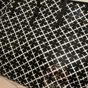 Hvis du er interesseret i flere billeder, så skriv 😍 Fik tasken i gave, så har ikke kvittering, men har dustbag. Jeg har aldrig brugt den, så den fejler intet.  Desværre er den lille taske ikke med denne taske. Super lækker taske. Har selv en anden ❤️
