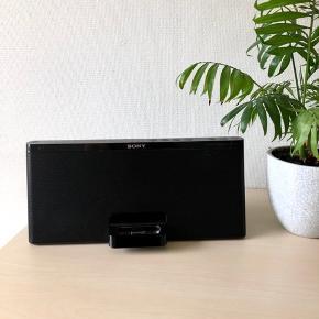 Sony højtaler med AUX stik og oplader. Kan også afpille musik hvor en ældre iPhone kan sættes i holdegreb og lade samtidig. Kan kun spille musik hvis den er i laderen og har ingen Bluetooth. Dog er der virkelig god lyd i og man kan slå extra bas til