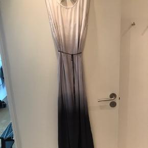 Lang maxi-kjole med fin åben detalje på ryggen.