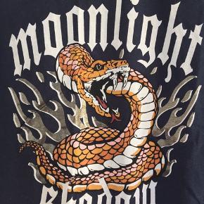 "Mørkeblå T-shirt med slange og ""moonlight shadow"", normal i størrelsen"