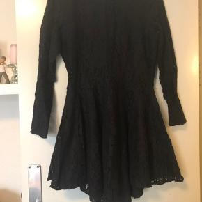 Super flot kjole, brugt 2 gange, men jeg kan desværre ikke passe den mere. Jeg sender gerne med DAO på købers regning 😊
