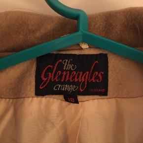 VINTAGE ULDJAKKE  Mega lækker vintage uldjakke af skotsk uld. Købt i Skotland.  Obs, mangler en knap på højre ærme.