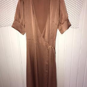 Næsten helt ny kjole fra neo noir.  Brugt en gang og dermed vasket en gang, derfor fremstår den altså som helt ny.  Kjolen er en str. small og koster 599 kr fra ny.  Du er velkommen til at skrive hvis du skulle have nogle spørgsmål 😊