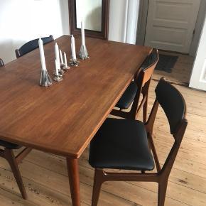 Teaktræ bord med 6 stole til. Der er udtræk i bordet.