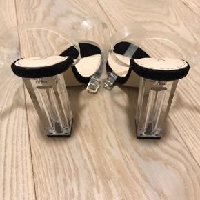 Lækre boohoo stilletter med transperant/gennemsigtig hæl og remme.  Skoene er aldrig blevet brugt, da de er for brede til min egen fod.  Kan afhentes eller sendes efter aftale.