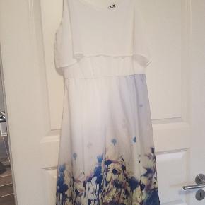 Sød sommer kjole med stropper. Rigtig fin kjole. Helt ny. Er kun prøvet på en enkelt gang.