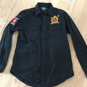 Varetype: Skjorte Farve: Sort Prisen angivet er inklusiv forsendelse.  Brugt få gange. Custom Fit