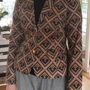Sælger den flotte jakke fra Edith and Ella da jeg ikke kommer i den den har en meget lille tryk fejl bag på i hvid.  Håber på en god handel   #30dayssellout