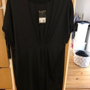 Har både en i sort og en i flaskegrøn. Så smukke kjoler! Begge med prismærke, aldrig brugt! Str 44
