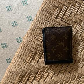 Louis Vuitton pung i det klassiske brune læder med tryk 🪐 Lidt slidt der, hvor pungen foldes sammen (ses på et af billederne) - men ellers fint vedligeholdt.