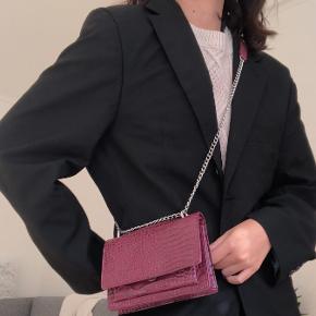 Classy og simpel cross body taske med faux krokodille mønster! Har købt den men aldrig brugt. Den er enten fra Glitter eller PIECES!☺️🤩