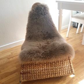 IKEA PS GULLHOLMEN gyngestol Lavet af bananfibre Stand: God men brugt. Har nok 10 år på bagen derfor lidt slid forrest i den ene side. Se billede 4. Ellers holder den sig altså godt 🙌  Skindet på stolen sælges ikke.  Kan afhentes på Nørrebro.