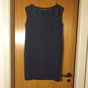 Sælges billigt, da min kat desværre har haft kløerne i den ene side af kjolen. Udover dette, er den praktisk talt som ny, kun brugt 1 gang.