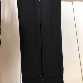 Vidde bukser, næsten ikke brugt. De går til skoene og jeg er 168 høj