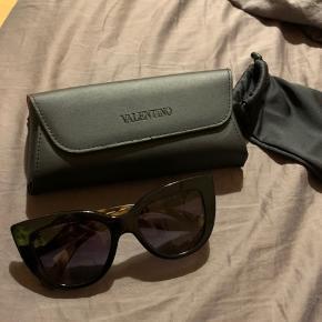 Fedeste Valentino solbriller. Haft på én gang. Ingen brugstegn. Nypris var omkring 2.250kr. Købt sidste sommer.  Har ikke kvit, men har dustbag + etui. Byd endelig!