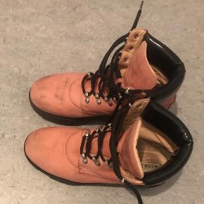 Har netop købt de her støvler her på ts , men kan ikke passe dem!   de er brugt en del -deraf prisen   Acne tinne støvler