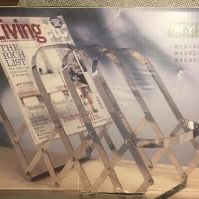 Til aviser, blade, håndklæder eller hvad man nu kan finde på at komme i den.. Kan både stå og hænge på væggen..