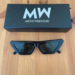 Sælger et par helt nye solbriller fra Messyweekend, som er købt i Mads Nørregaard. Desværre passer de ikke helt til mit ansigt, og har derfor aldrig været brugt! Nypris er 550kr