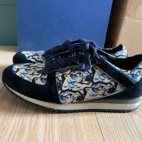 Kenzo sneakers med ruskinds detaljer og kenzos klassiske Tiger mærke. Brugt meget få gange.  Kasse og kvittering haves ikke længere