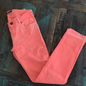 Fede jeans fra Maison Scotch. Farven er super fed og en smule Neon orange. Strørrelsen er 28, hvilket svarer til 38/40 eller medium. Aldrig brugt.
