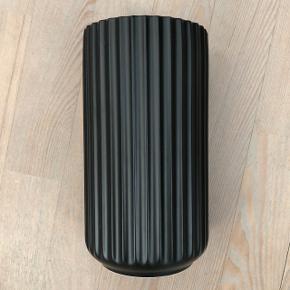Lyngby vase i mat sort 21 cm, ingen ridser eller skår