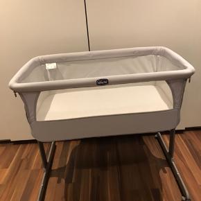 Chicco next 2 me crib   Er mest brugt som sengehest, da børnene har sovet hos mig det meste af natten.  Der medfølger madras, stropper til nem (og sikker) fastgørelse til sengen, opbevaringspose og orig. Kasse (god til længere tids opbevaring  Røgfrit hjem