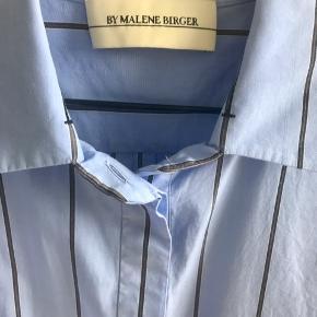 Lys blå lose fit skjorte i bomuld- brugt få gange og vasket en gang. Fragt på 50kr pålægges prisen.